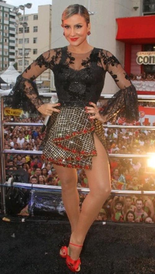Claudia Leitte investe em look de dançarina de flamenco em trio