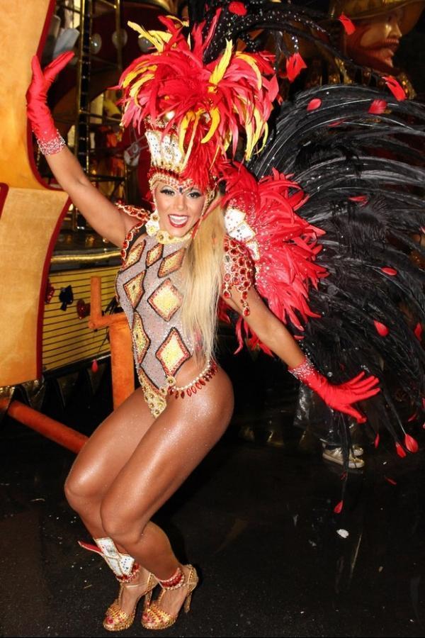 Ex-BBB Fabiana desfila no carnaval de SP com fantasia de R$ 60 mil