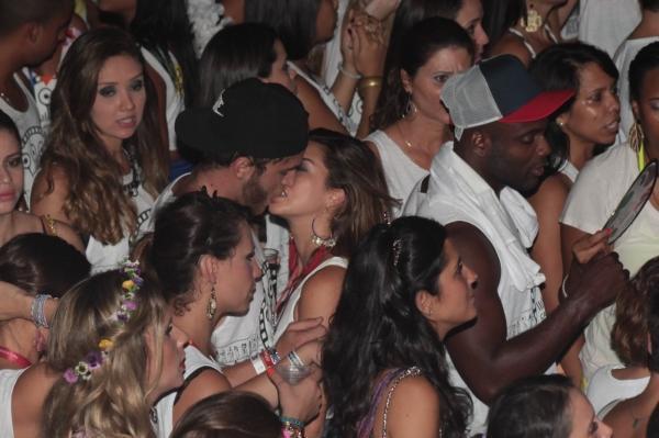 Fernanda Paes Leme beija muito em camarote