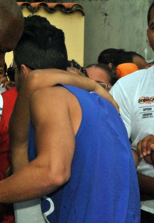 Gusttavo Lima é agarrado por fã antes de sua apresentação em Salvador