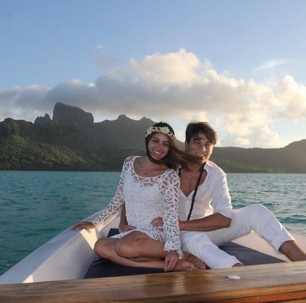Lua de mel: Carol Castro posta fotos em praia de Bora Bora com o marido