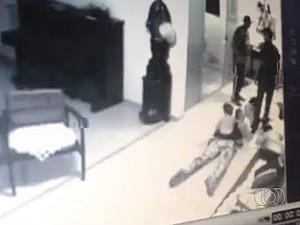 Modelo baleada com filho nas costas segue internada na UTI de hospital