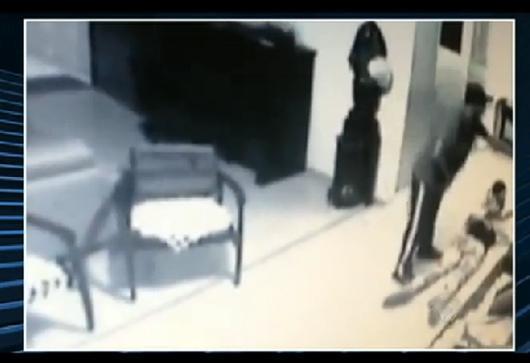 Modelo é baleada na cabeça em frente ao filho durante assalto