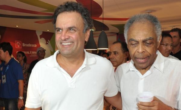 No meio da folia, Aécio Neves revela aos amigos que será papai de gêmeos