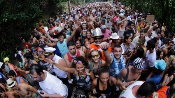Quase 200 pessoas foram levadas para a delegacia por urinarem nas ruas durante o carnaval