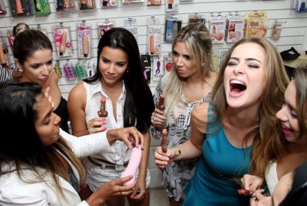 Rayanne Morais, noiva de Latino, faz chá de lingerie em clima carnavalesco