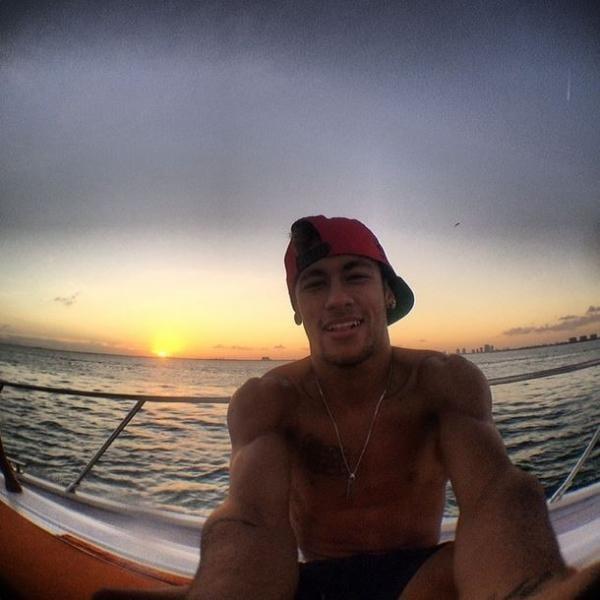 Recado? Neymar posta fotos com mensagens sugestivas na web