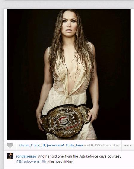 Ronda Rousey publica foto com vestido molhado e vasto decote
