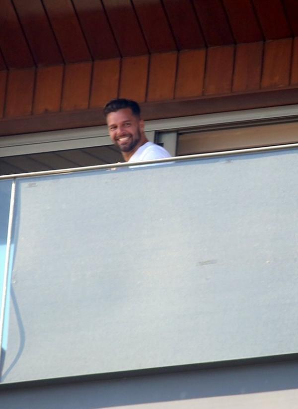 Após aparecer de cueca em hotel, varanda de Rick Martin ganha tapume
