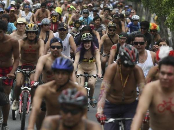 Ciclistas pedalam nus em manifestação pelo ambiente