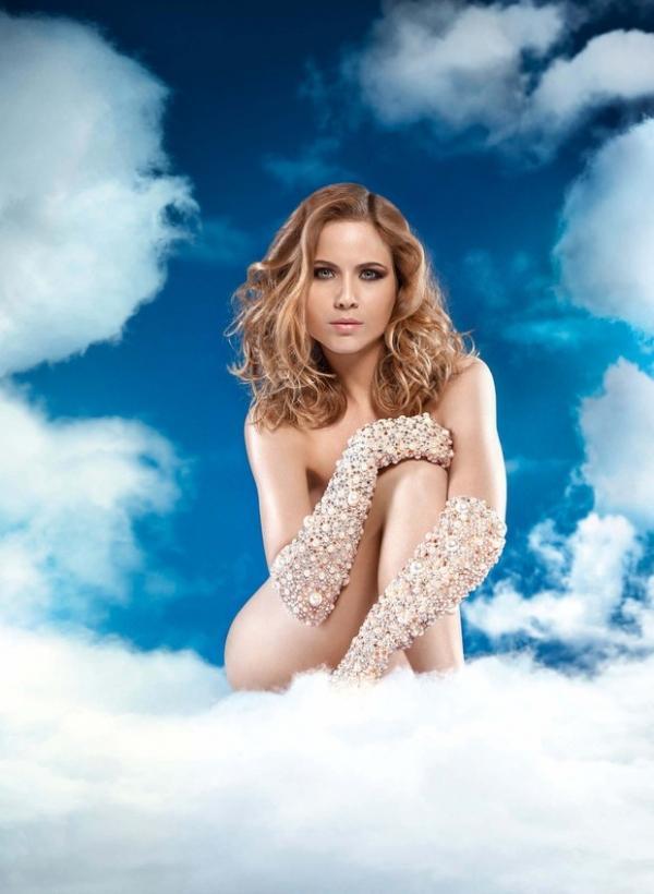 De lingerie, Luiza Valdetaro mostra curvas em capa de revista