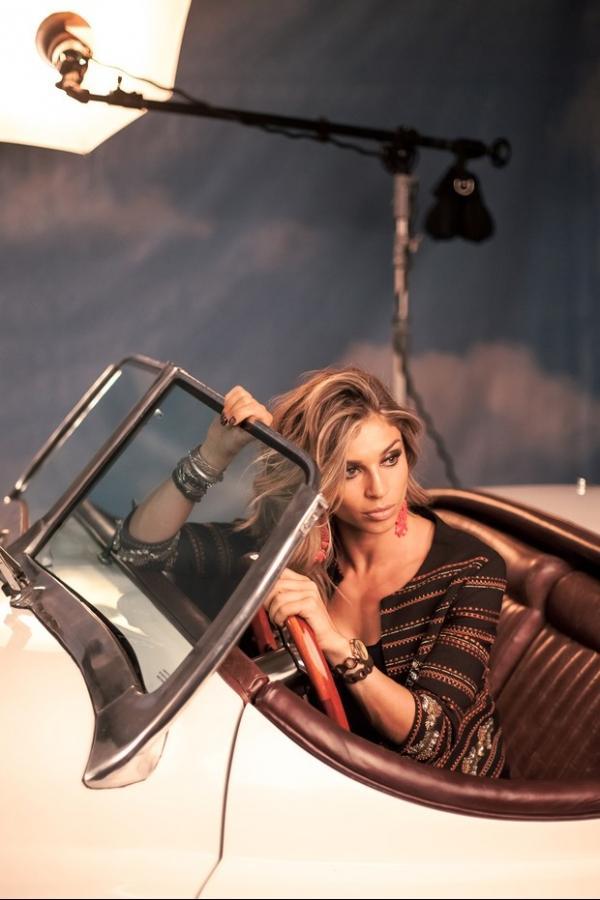 Grazi Massafera posa sensual em campanha de relógio