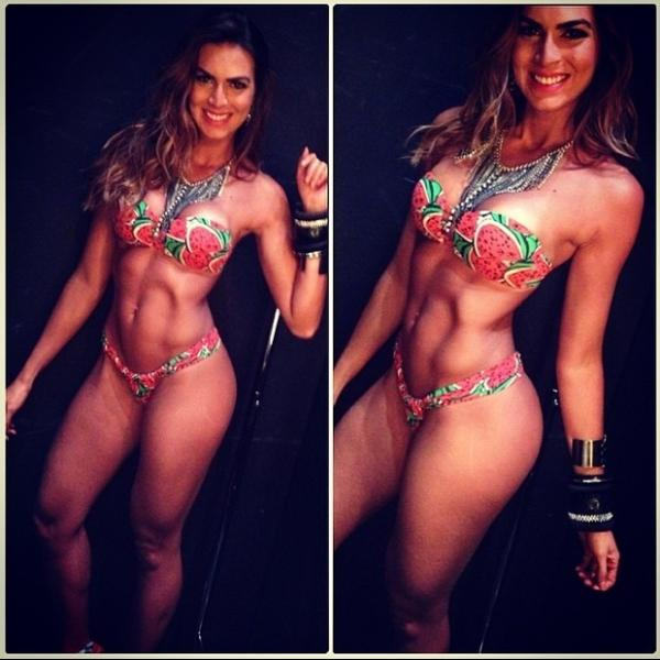 Renata Molinaro mostra barriga sarada em foto de biquíni