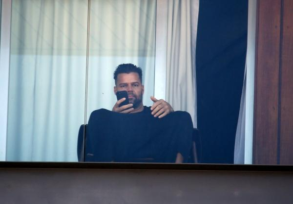 Só de cueca, Ricky Martin aproveita sacada de hotel e registra paisagem do Rio