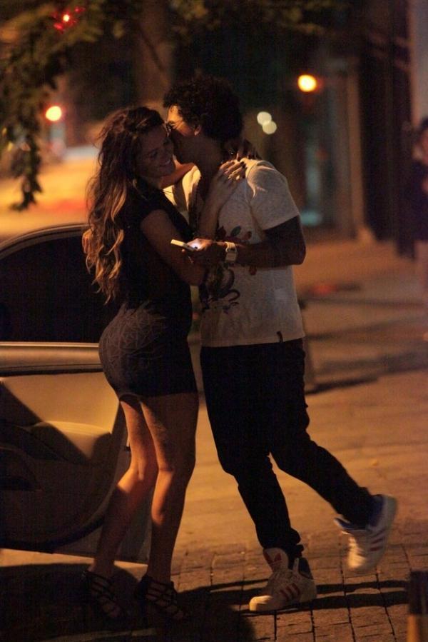 Suposto ex-affair de Romário, Thalita Zampirolli curte noite com cantor