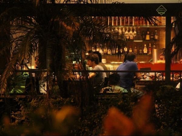 Após acidente, Guilherme Leicam vai a bar carioca com amigos