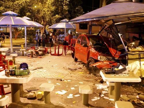 Assaltante perde controle de carro e invade quiosque no Rio