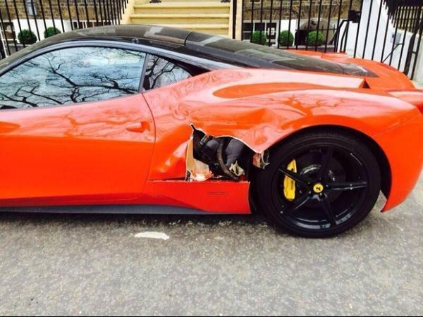 Brit穗ico azarado faz estrago em Ferrari parada ao manobrar carreta