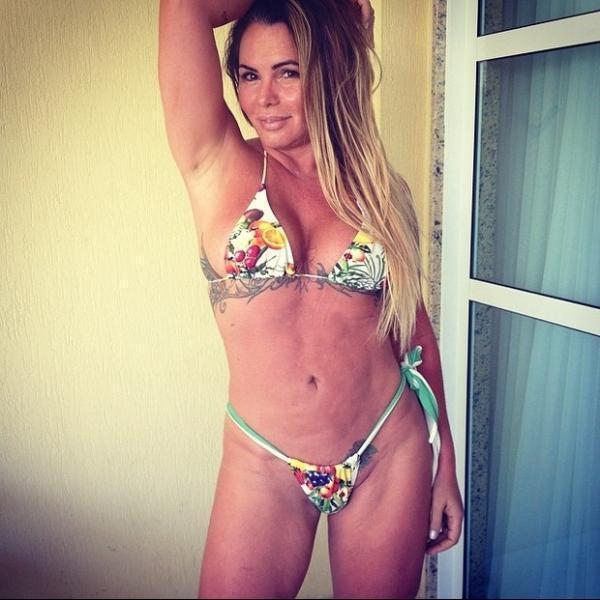 Cristina Mortágua posa de biquininho para mostrar resultado da drenagem