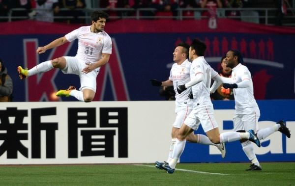 Love marca duas vezes, e time de Cuca vence pela Champions da チsia
