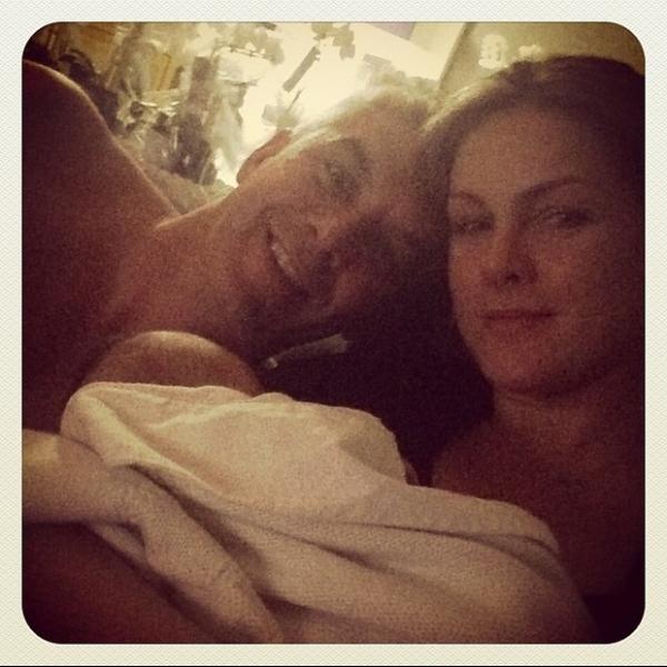 Ana Hickmann posa com o marido e o filho:
