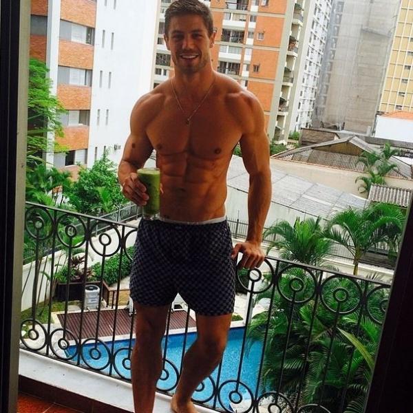 De cueca, ex-BBB Jonas exibe tanquinho e toma suco verde