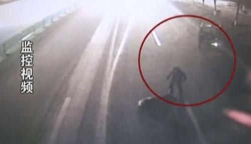 Idosa morre depois de ser atingida por um caminhão e mais quatro veículos