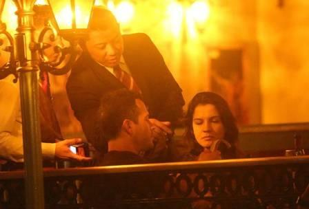 Malvino Salvador beija Kyra Gracie em jantar romântico, mas depois reclama da conta