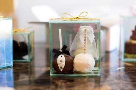 Um andar inteiro fechado, sete mil docinhos, estrelas convidadas, lua de mel em Dubai: os detalhes do casamento de Latino e Rayanne