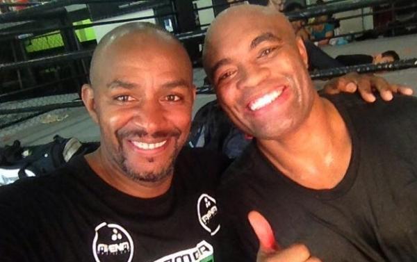 Ainda em recupera鈬o, Anderson Silva visita Team Nogueira em treino de boxe