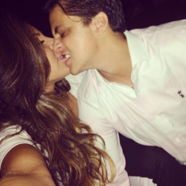 Atriz Thammy Miranda dá mordidinha na namorada: