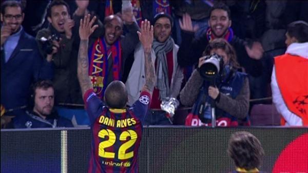 Daniel Alves nega crítica à torcida em celebração e diz que fez coreografia