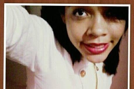 Em estado de choque, mãe de adolescente assassinada se joga no túmulo da filha antes do enterro
