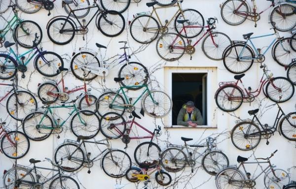 Homem decora fachada de loja com 210 bicicletas antigas na Alemanha