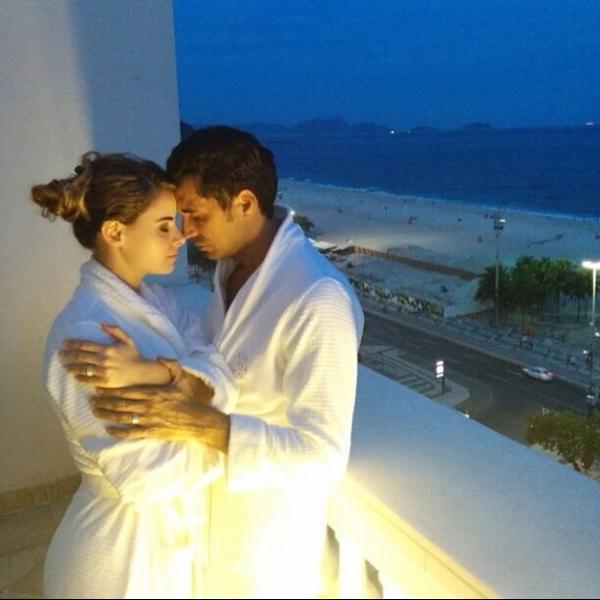 Latino mostra foto da lua de mel com Rayanne Morais em Copacabana