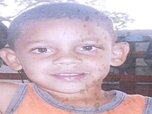 Mãe do menino que sumiu dentro de casa chora: