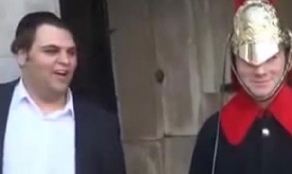 Turista faz graça e arranca risada de Guarda da Família Real na Inglaterra