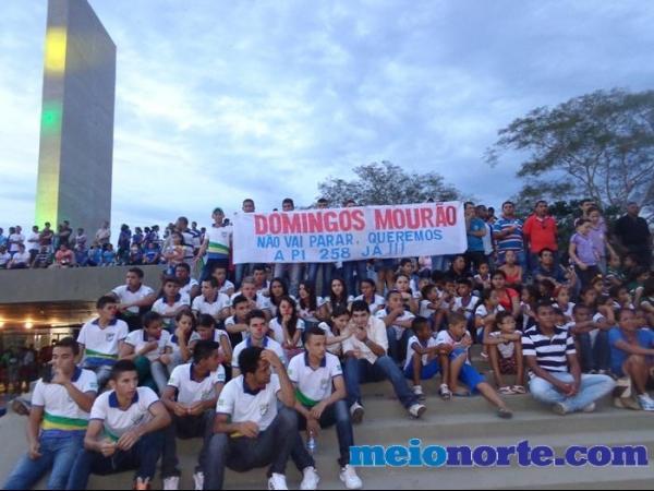 Alunos de Domingos Mourão fazem protesto durante evento no monumento aos heróis do Jenipapo. - Imagem 6