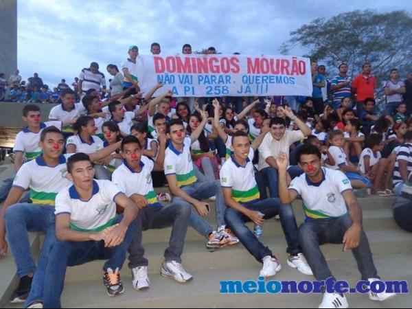 Alunos de Domingos Mourão fazem protesto durante evento no monumento aos heróis do Jenipapo. - Imagem 3