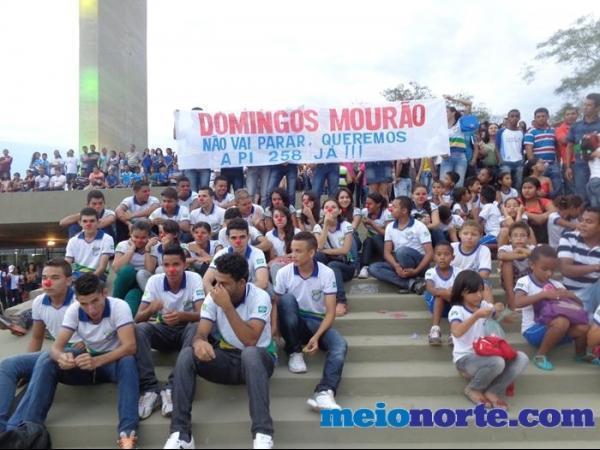 Alunos de Domingos Mourão fazem protesto durante evento no monumento aos heróis do Jenipapo. - Imagem 4