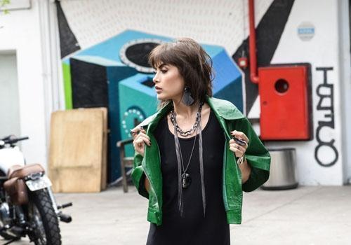 Atriz Maria Casadevall fotografou para uma campanha de acessórios