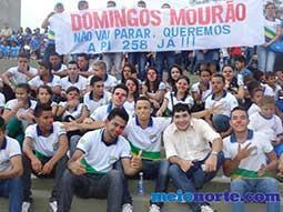 Alunos de Domingos Mourão fazem protesto durante evento no monumento aos heróis do Jenipapo.