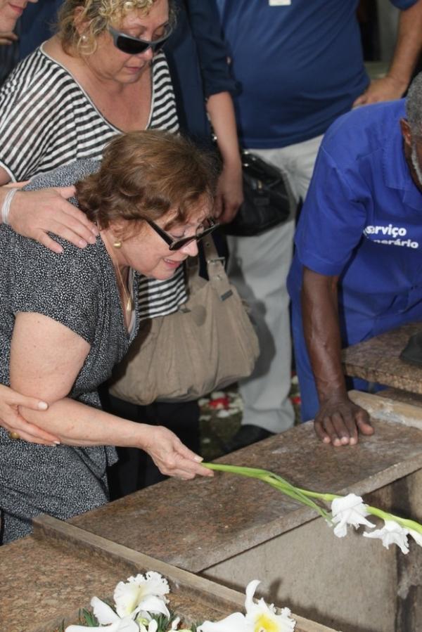 Família e amigos se reúnem para enterro de Paulo Goulart em SP
