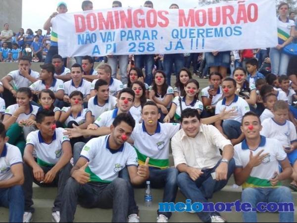 Alunos de Domingos Mourão fazem protesto durante evento no monumento aos heróis do Jenipapo. - Imagem 1