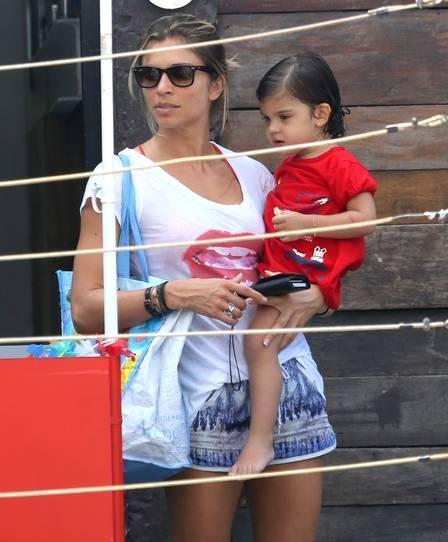 Grazi Massafera, bem à vontade, leva Sofia para aulinha de natação