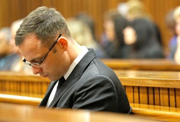 Pistorius no tribunal: nova foto mostra atleta com roupa suja de sangue