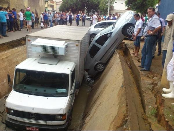 Rua cede e engole carros, moto e caminhão em Colatina, no ES