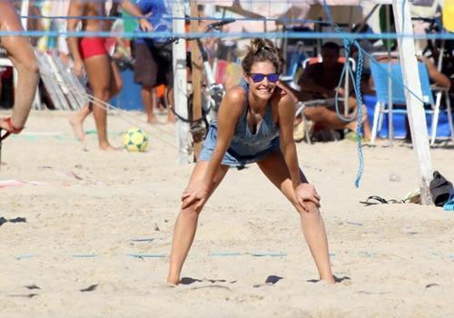 Fernanda Lima curte praia, ajeita biquíni e joga vôlei de areia no Leblon