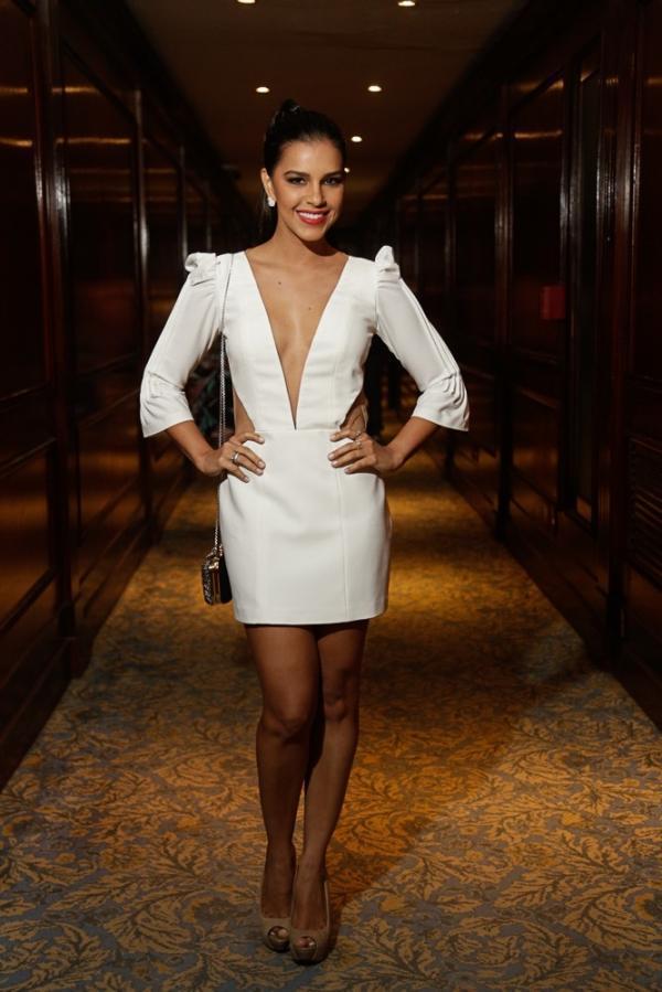 Mariana Rios usa decote até o umbigo em festa
