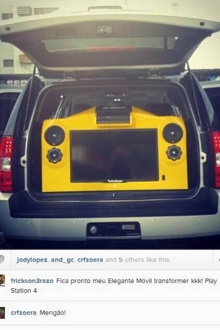 Zagueiro Erazo, do Flamengo, instala videogame com telão no carro e ?tira onda? pelo Instagram